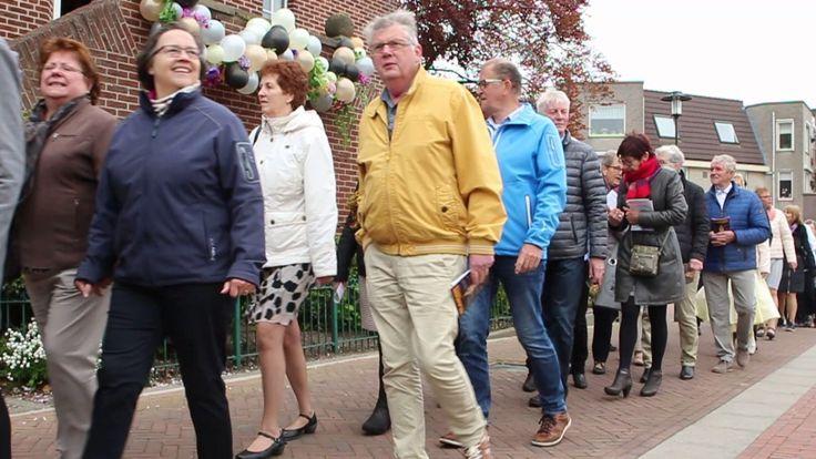 Wervershoof in processie naar de kerk
