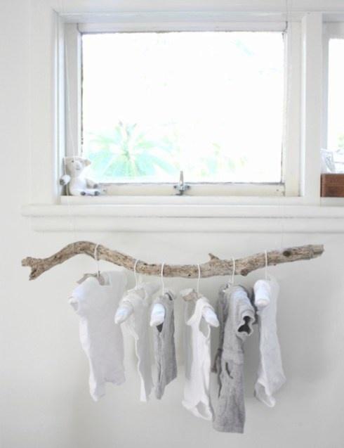 Gewoon mooi. Een tak uit het bos ophangen waaraan je de mooiste kinderkleertjes ophangt.