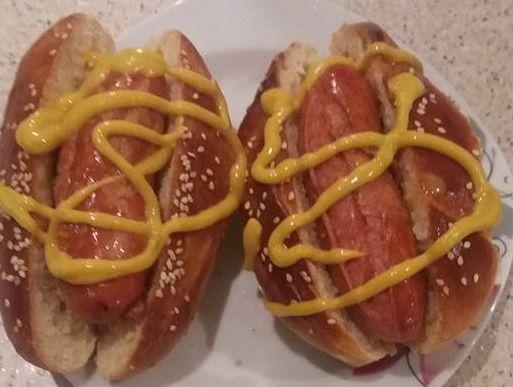 Συνταγές για μικρά και για.....μεγάλα παιδιά: Hot dog συνταγή του Άκη φτιαγμένα από την Χριστίνα!