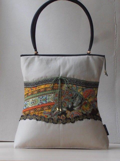 Törtfehér nõi táska, a sál anyagával díszített betéttel