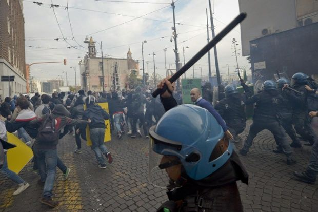 The best pictures of the day - live | Protestantismus | Pinterest | Police, Cool pictures and Revolution