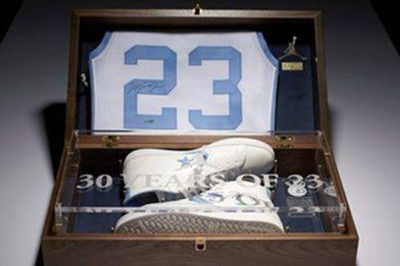 Un par de zapatillas usadas por Michael Jordan cuando jugaba básquetbol en la Universidad de Carolina del Norte se vendió este jueves por 33.387 dólares en una subasta, según varios medios de prensa estadounidenses