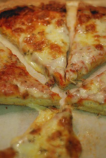 Lo confieso. Soy adicta a la pizza y todo lo que se le parece.Las he comido caseras siguiendo diferentes masas, haciendo invenciones varias, con preparados a los que solo se les ha de añadir agua, con masas congeladas… ¡de todo! y algunas quedan muy hechas por fuera y crudas en el interior… ¡qué rabia cuando …