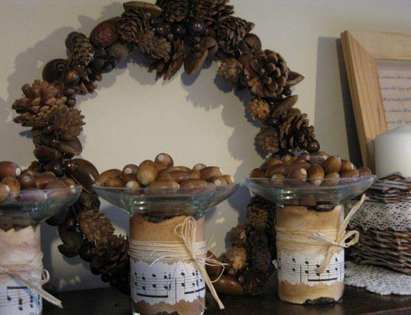 Венок из шишек и баночки с желудями для декорирования дома