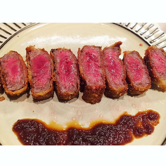 島本食堂103。 牛カツレツ。 じっくり火を通したミディアムレアの牛カツレツ。 最近専門店とか増えてるみたいだけど昔からステーキよりこっちの食べ方の方が好きだった。 外はサクッと中はジューシー、豚(とんかつ)とはまた違う良さがある。 自家製のジャポネソースまたは塩と山葵が合うかなぁ。 噛みしめる度に溢れる旨みがめっちゃ美味い!  #島本飯 #美容師 #夕飯 #男飯 #島本食堂 #趣味 #料理 #italian #instafood #follow #bistro #tagsforlikes #イタリアン #フレンチ#飯テロ #写真好きな人と繋がりたい #和食 #日本食 #japanesefood #器好き #肉 #とんかつ #小石原焼 #鬼丸豊喜窯 #牛 #beef #牛カツ #ビーフカツ 和牛