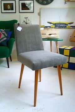 Krzesło tapicerowane, autor nieznany, lata 60. Krzesło o tapicerowanym siedzisku i oparciu osadzonym na czterech toczonych, zwężających się ku dołowi i rozstawionych nogach – tak charakterystycznych dla mebli tego okresu. Prosta forma oraz jaskrawe obicie siedziska i oparcia odpowiadały potrzebie nowoczesnej stylistyki wnętrz mieszkalnych. Mebel ten był w masowej produkcji. Nóżki bukowe, zachowany oryginalny lakier w kolorze miodowym.