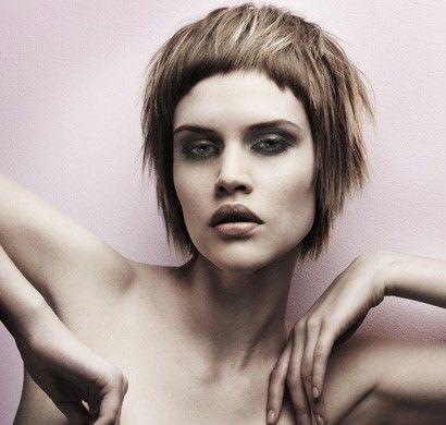 Na krótko - krótkie włosy i krótka grzywka, a do tego rozświetlone platynowym blondem popielate pasma włosów. Fryzura dla odważnych i kreatywnych dziewcząt.