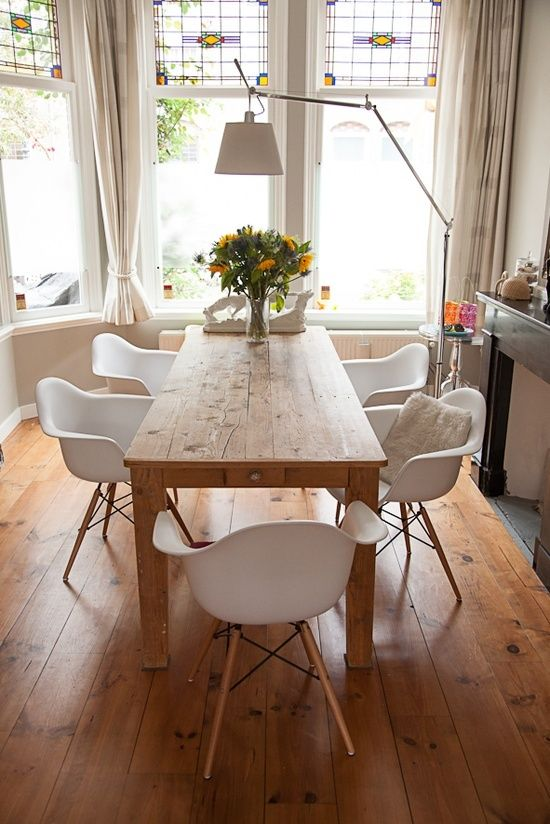 So sieht ungefähr der Tisch aus. Zusammen mit Eames Stuhl mit Armlehne