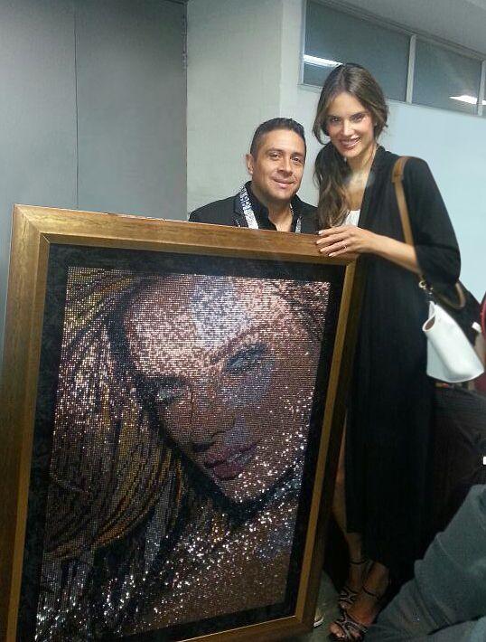 Mauricio Benitez hace entrega de un cuadro de ww.mrbling.biz a la reconocida modelo Alessandra Ambrosio, en la feria #ColombiaModa2013