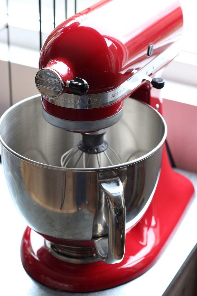 Review KitchenAid Artisan Mixer - Na maanden gekneed, gemengd en geklopt te hebben is het tijd voor mijn eerste (uitgebreide) review van de KitchenAid Artisan Mixer. Hierin vertel ik alles over de basis en in de volgende review ga ik dieper in op de accessoires die je er nog bij kunt kopen waardoor je de mixer omtovert tot een keukenmachine.     http://www.francescakookt.nl/review-kitchenaid-artisan-mixer/