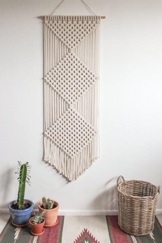 Cette Tenture murale de macramé est fait à la main à laide de cordon en coton 100 % (4,5 mm) en écru naturel avec un bambou tige de soutien.