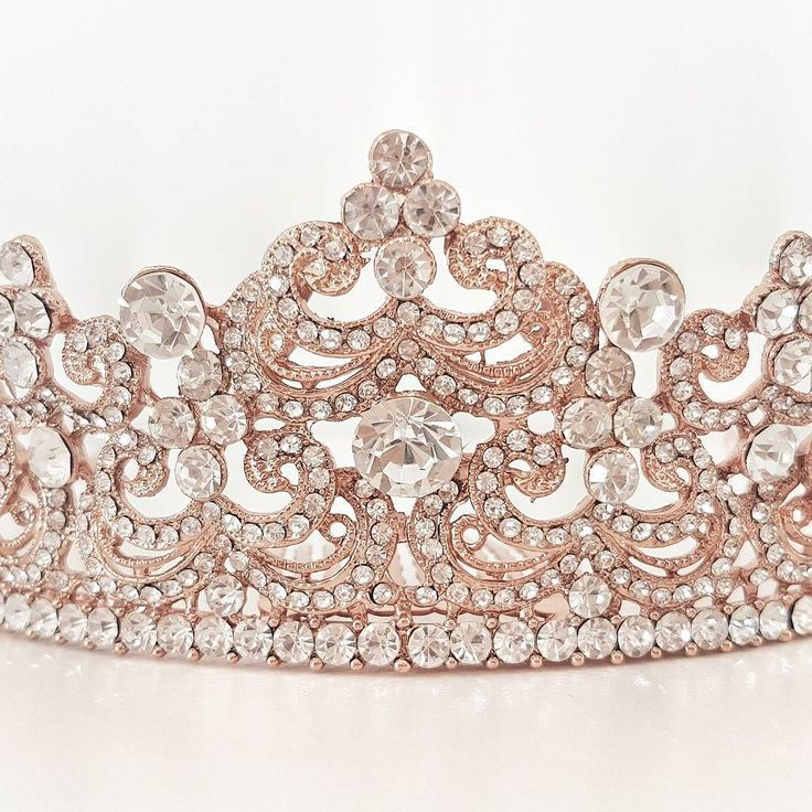 I love love love the sparkle of this piece! Giselle tiara in rose gold. Link in bio  @elodielamarc
