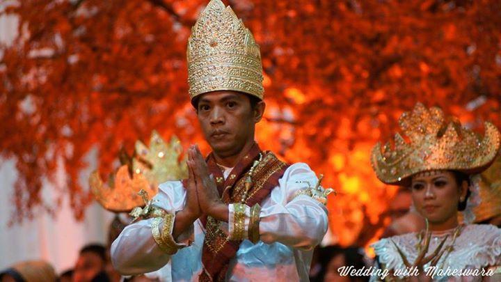 Rombongan penari penyambut tamu pada pernikahan adat Lampung Sumatra.