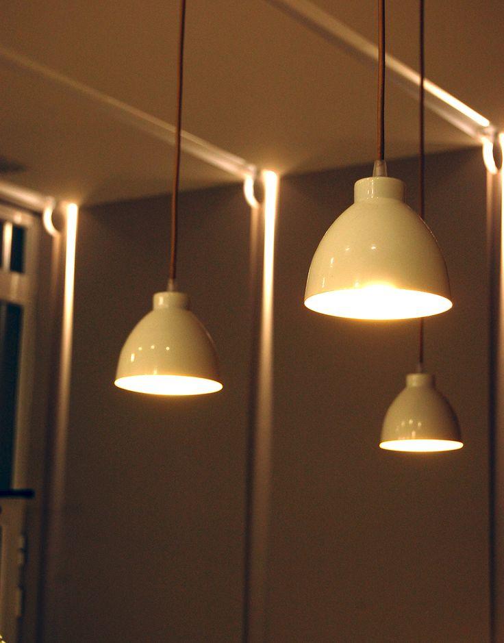 Al fondo, Trick de Iguzzini. En primer plano lámparas creadas por Sombras para este proyecto.