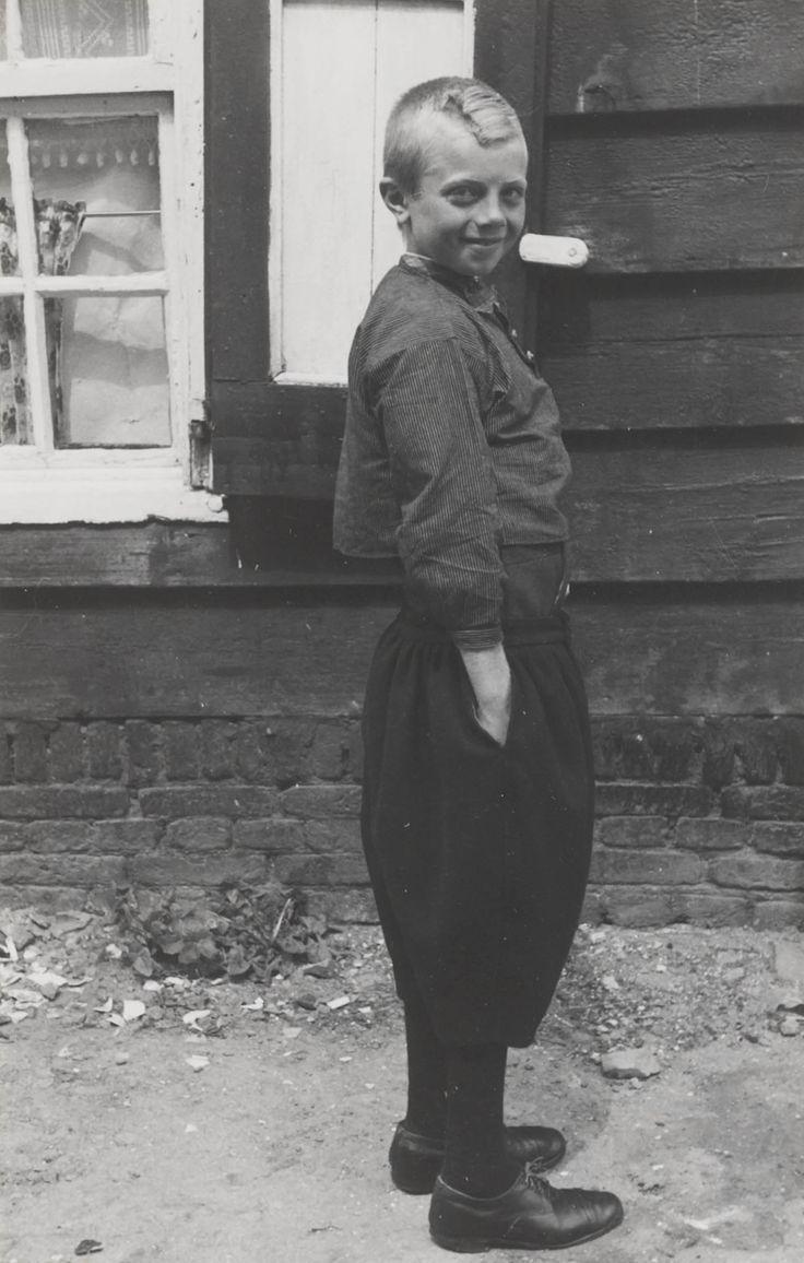 Jongen in Marker streekdracht. Hij is ouder dan 8 jaar en draagt nu dezelfde kleding als de volwassen mannen. 1943 #NoordHolland #Marken