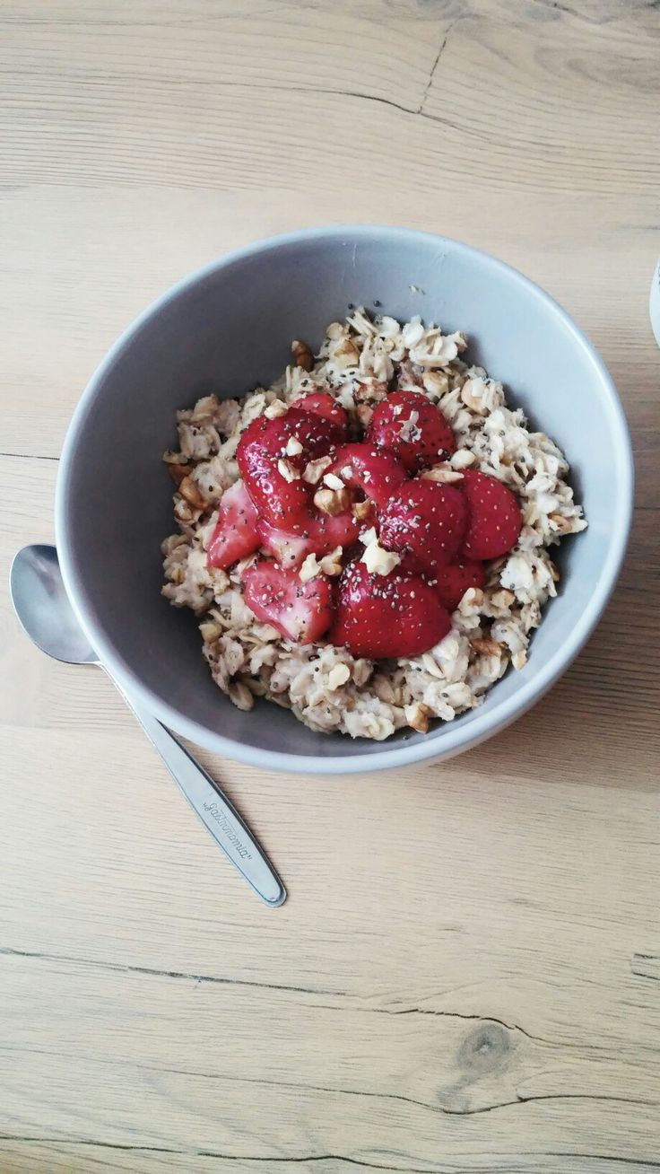 A perfect start of the day is a cinnamon oatmeal with strawberries and chia. #vegan #breakfast #oatmeal #fast #easy #idea #tasty #strawberries #fit #healthy