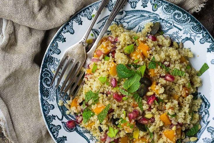 Te enseñamos paso a paso como elaborar ensalada de quinoa con calabaza asada y granada. Ingredientes, tiempo de elaboración