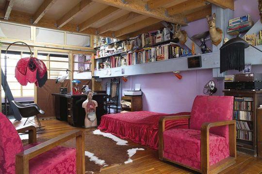 Le bureau-chambre regarde la salle de bains et sa coursive d'accès - Repaire d'illusions à Montreuil - Plus de photos sur Côté Maison http://petitlien.fr/71vs