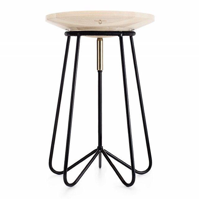 W77 // en ergonomisk stol, hvis sæde følger kroppens bevægelser. Juster hvor meget bevægelse du ønsker ved at dreje på messingstykket i midten. #stol #W77balance #ergonomi #elegance #exercise #minimal #minimalisme #minimalistisk #makeachange #design #danskdesign #danishdesign #interiør #interior #bolig #indretning #mithjem #krop #kropogsjæl #designwithlove #designspotter #allgoodthingsdanish #quality #læder #træ #træning #office #woodwork #tot_gesicka #nordic