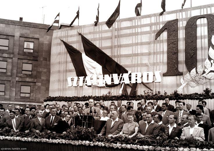 1960. július 17. Kádár János (középen), a Magyar Szocialista Munkáspárt Központi Bizottságának első titkára részt vett a 10 éves fennállását ünneplő Sztálinváros (1961 után Dunaújváros) ünnepi rendezvénysorozatán.