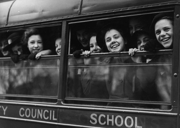 IlPost - Vacanze di primavera - Alunne della Lady Margaret School, una piccola scuola media nel quartiere londinese di Parsons Green, lasciano la città dirette a un campo estivo a Hindhead, una località di villeggiatura nel Surrey. La foto è del 26 marzo 1946.  (William Vanderson/Fox Photos/Getty Images)