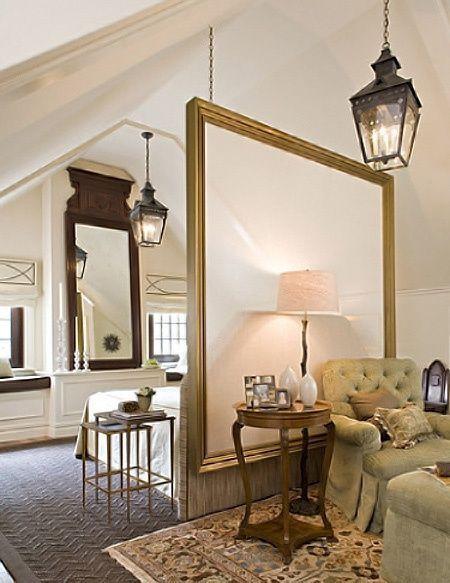 ;))La utilizacion de un espejo como mampara y del otro lado otro espejo, y dos farolillos iguales para dar continuidad