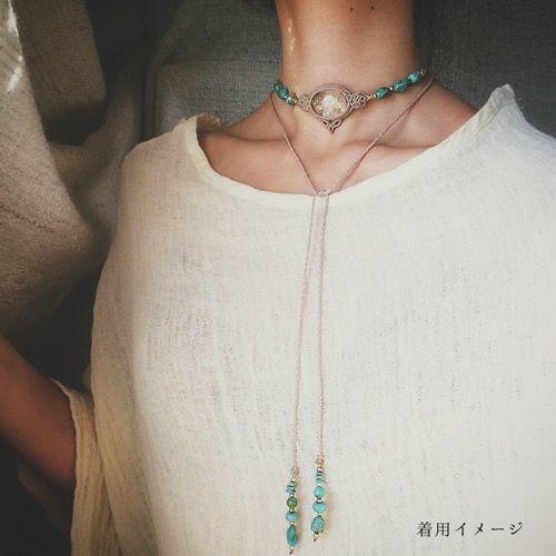 ラブラドライト(アフリカ産)&カイヤナイト(ネパール産)、マクラメ編みチョーカーネックレス&ヘッドドレス紹介&販売。ラブラドライト&カイヤナイトをあしらった2wayチョーカーネックレス&ヘッドドレス。 力強いブルーのシラーを見せる印象的なラブラドライトに、 小粒ながらも美しい色合い&透明感の上質なカイヤナイトをセレクトし、 紐エンド部分には同種の上質なビーズとラピスラズリのビーズをあしらいました。 首回り近くに身につけるチョーカータイプで、紐エンド部分を前に持ってくるコーディネートや、 ヘッドドレスとしてもぴったりハマる、ストーンズスピリットでも人気の高いマルチネックレス。 天然石に合わせた2色の蝋引き糸をセレクトし、一編みずつ丁寧に繊細な編み目をあしらいました。 繊細な編み目がほどこされた、様々なシーンで大活躍のネックレスに仕上がっています。
