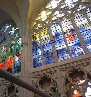 Les vitraux créés par Gérard Collin-Thiébaut occupent une surface de plus de 200m<sup>2</sup>.