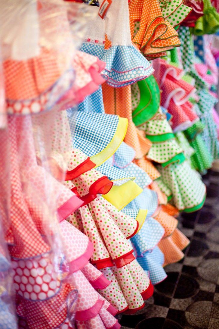 algunos vestidos flamencos de Madrid. Los vestidos son muy lleno de colores y muchos estampados intrincados. Es muy impresionate.
