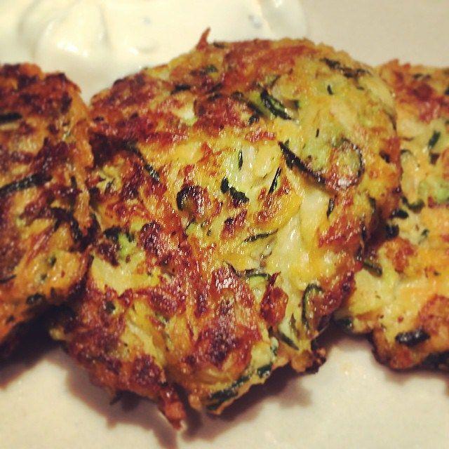Aus der Veggie-Ecke: Knusprige Puffer oder Taler, heute aus Karotten & Zucchini - Gemüse-Puffer mit Käse!