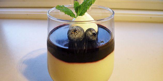 Luftig citronfromage med en skøn blåbærgelé på toppen - en dejlig variation med en perfekt smagskombination.