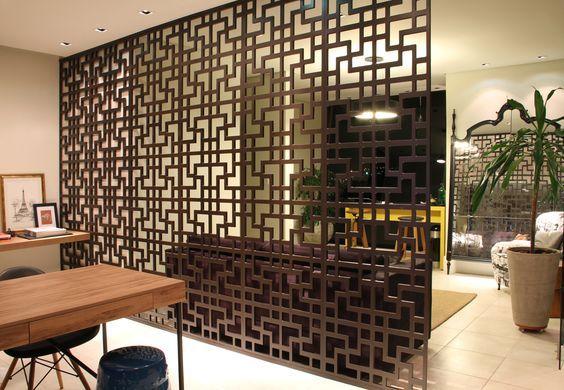 Às vezes parece que está faltando algo pra separar um ambiente, dividir espaço ou até mesmo conectá-los. Uma parede pode ser demais, quando se tem divisórias decorativas, porém muito eficientes! Sejam os cobogós renovados, um biombo complexo ou divisórias de madeira. Pode funcionar na cozinha, sala, uma área mais ampla, olha essas ideias!   …