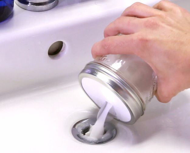 Ablussreiniger DIY: Natron,Salz,Essig,Kochendes Wasser. Gleiche Teile Natron und Salz in einer Schale vermischen. Die Natronmischung in den Abfluss schütten. Dann warmen Essig in den Abfluss geben und ein paar Minuten wirken lassen. Zum Schluss kochendes Wasser in den Abfluss gießen, bis er frei ist. TIPP: Bewahre die Mischung aus Natron und Salz für den nächsten verstopften Abfluss in einem luftdichten Behältnis