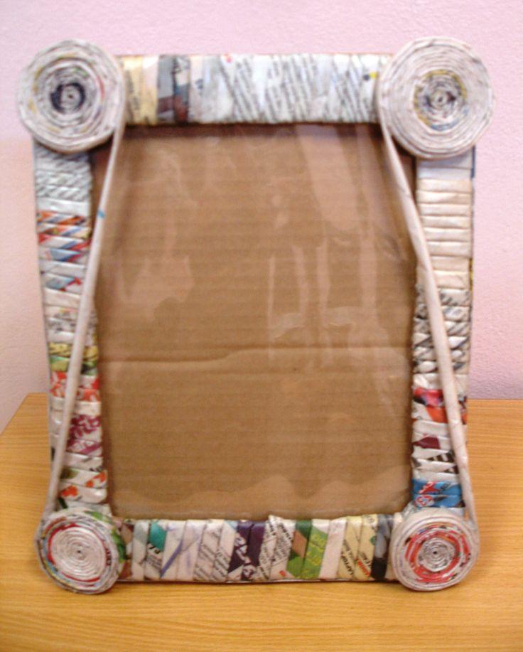 Portaretratos reciclados con: cartón, periódico y foamy.