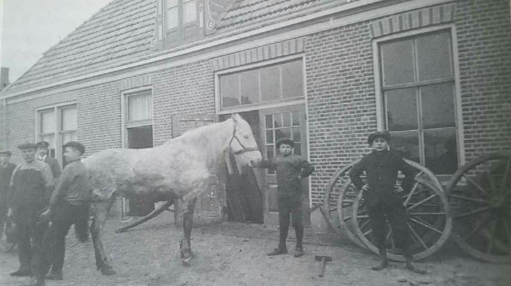 De oude smederij van Oonk, 'd oale smid, was ook aan de Nijverdalsestraat gevestigd, ter hoogte van de Bongerd. Deze foto is van 1913.