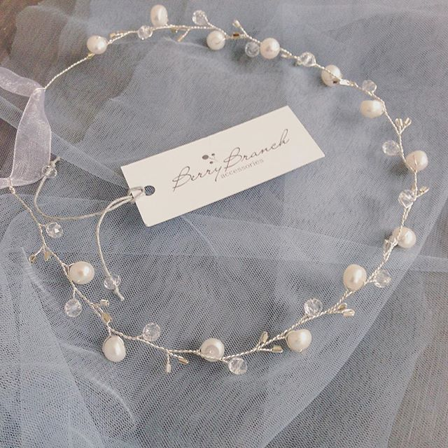 Просто нежный ободочек с жемчугом и хрустальными бусинками ☝️ #свадебныепрически #ободок #веточкавприческу