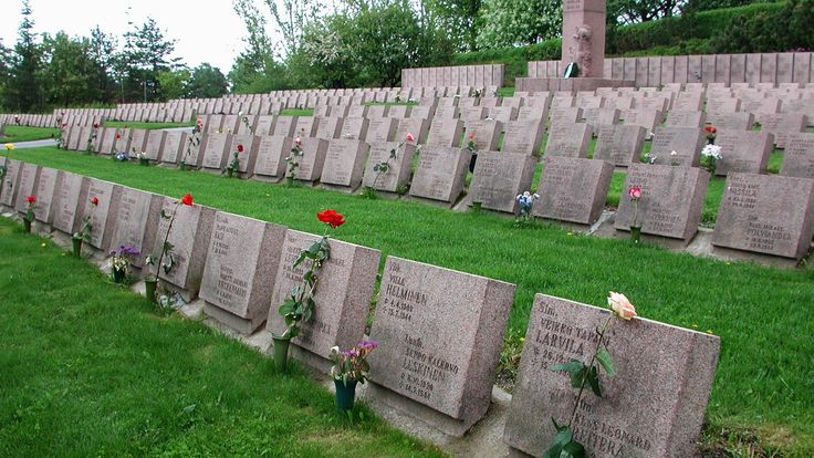 Kaatuneitten muistopäivä, toukokuun 3. sunnuntai. -   Commemoration Day of Fallen Soldiers, 3rd Sunday of May.  -  http://en.wikipedia.org/wiki/Commemoration_Day_of_Fallen_Soldiers   -  Oppiminen | yle.fi