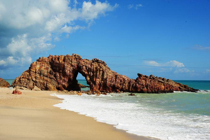 Jericoacoara é a praia mais badalada do litoral cearense. Com suas dunas de areia clara, mar calmo, lagoas de águas cristalinas e pedras esculturais.
