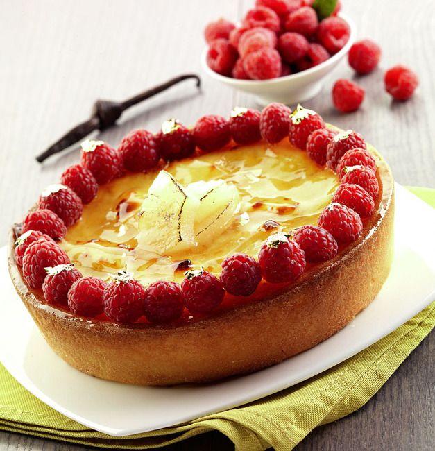 La crostata alla crema cotta, ananas e lamponi è una ricetta proposta dal maestro pasticcere Luca Montersino. La crostata è un dolce perfetto se si vuole preparare in casa una torta sana e invitante.