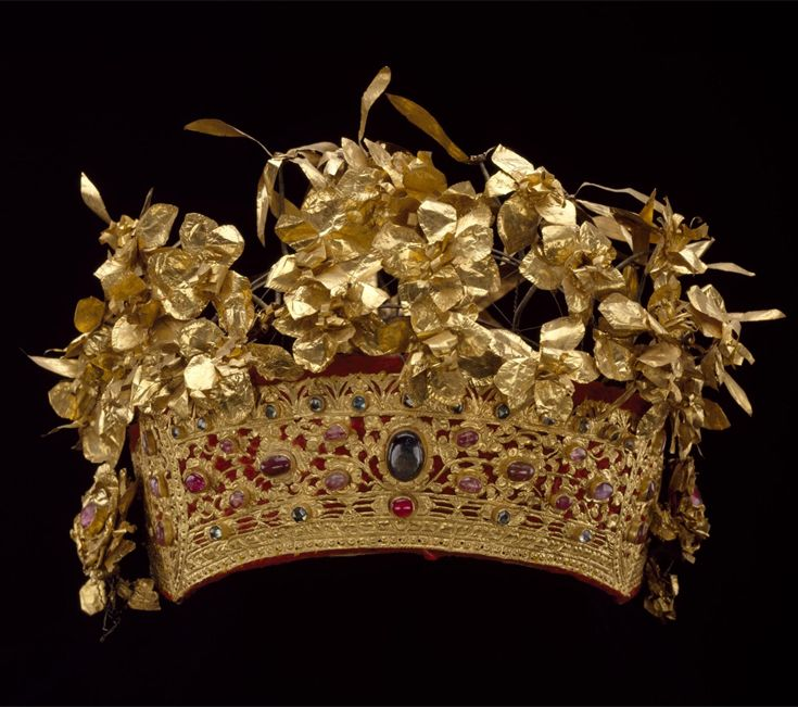 Indonesia ~ Bali | Queen's crown; repousse gold, rubies, sapphires, diamonds and gold leaf | Late 19th century || {GPA}