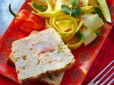 Avec les lectrices reporter de Femme Actuelle, découvrez les recettes de cuisine des internautes : Terrine de crabe à la créole & salade de mangue verte