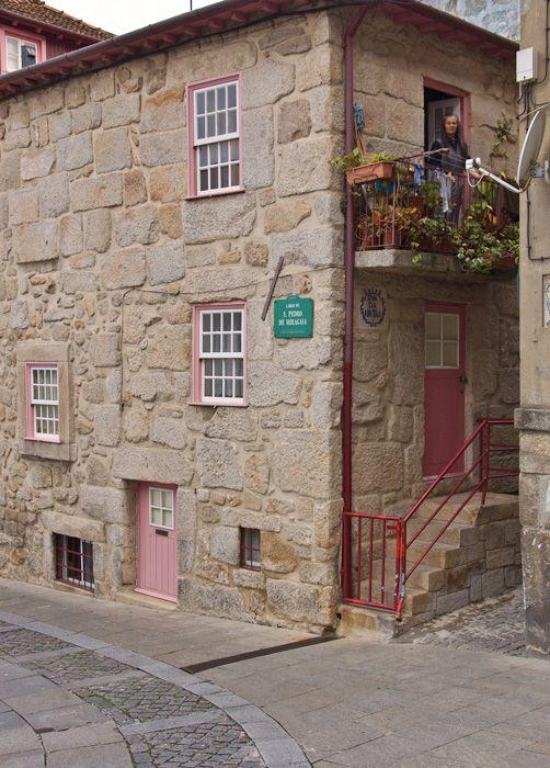 Largo Miragaia, Porto, Portugal http://cyberdemocracia.blogspot.pt/2011/10/lonely-planet-porto-e-o-quarto-destino.html