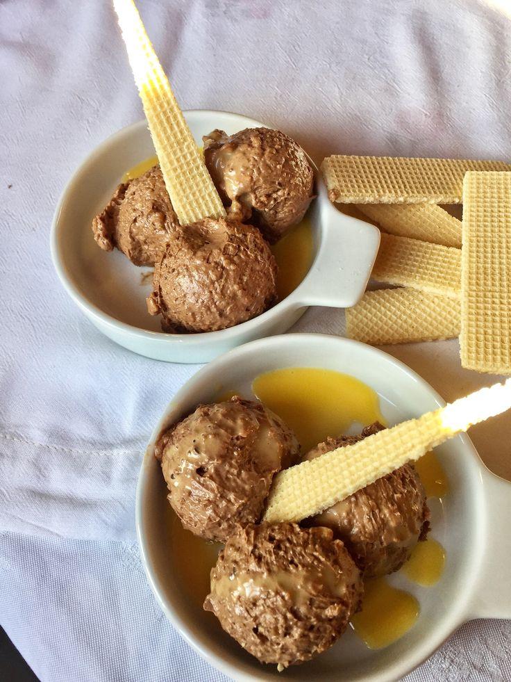 Genuss in rot weiß rot – Silvester Edition: Haselnusseis mit Eierlikör und Schokolade homemade Eiscreme mit Haselnuss Crunch