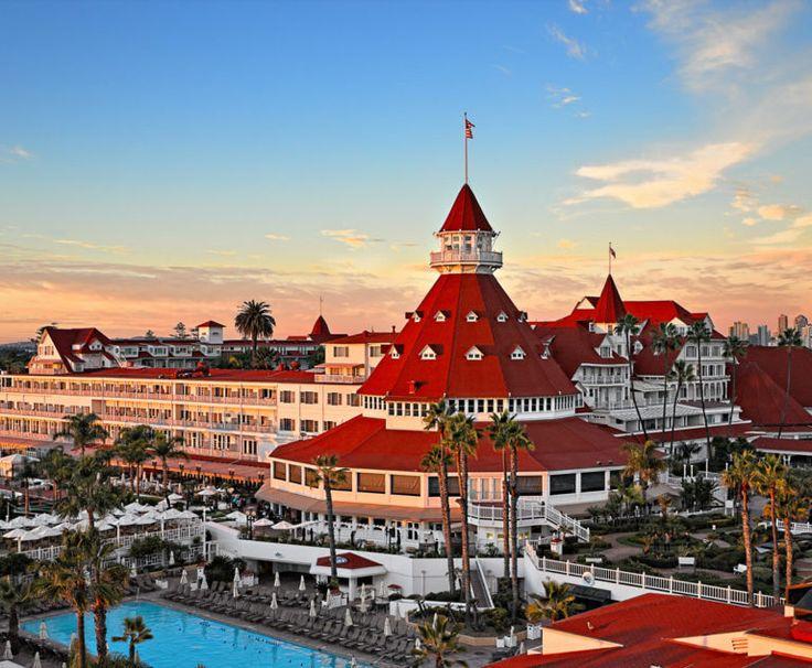 Hotel del Coronado, Coronado, San Diego - A Qualcuno piace caldo. Viene unanimemente riconosciuta una delle commedie più brillanti della storia del cinema. Quando Jack Lemmon e Tony Curtis assumono le identità femminili delle musiciste Josephine e Daphne per sfuggire a dei gangster, la loro fuga li porta al fittizio Seminole Ritz resort. L'hotel reale, dalla classica architettura vittoriana, è affettuosamente conosciuto come il Del'