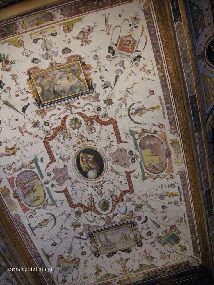Grotesker: ornamentform med arkitekturelementer og bladranker, blomster og frugter, vaser, masker og små putti- og dyrefigurer.Grotesken er afledt af en dekorationsform i antikkens romerske væg- og loftsmaleri, som man genopdagede i renæssancen ved udgravninger i Neros Gyldne Hus i Rom, som man mente var en grotte.