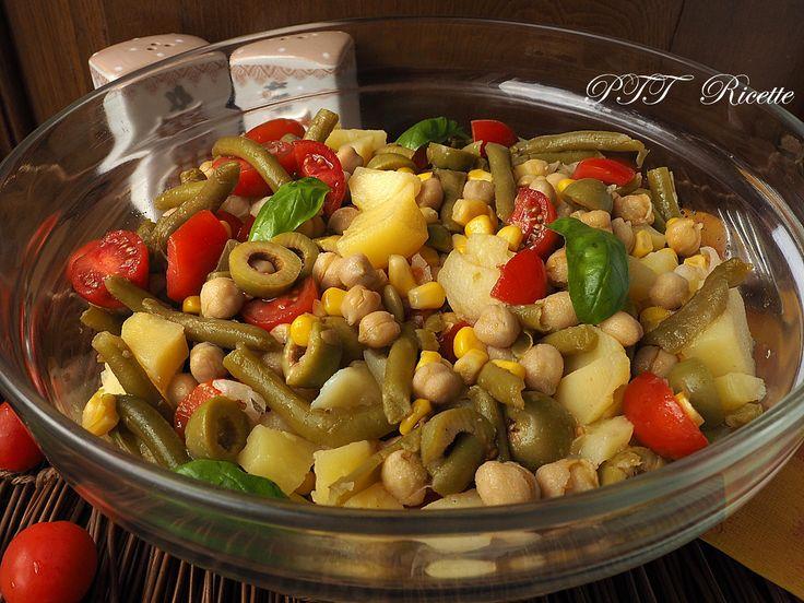 Insalata di ceci, pomodorini, patate e fagiolini, con olive, mais e basilico.  #insalata #estiva #fredda #ceci #patate #pomodorini #olive #mais #fagiolini #recipe #italianfood #italianrecipe #PTTRicette