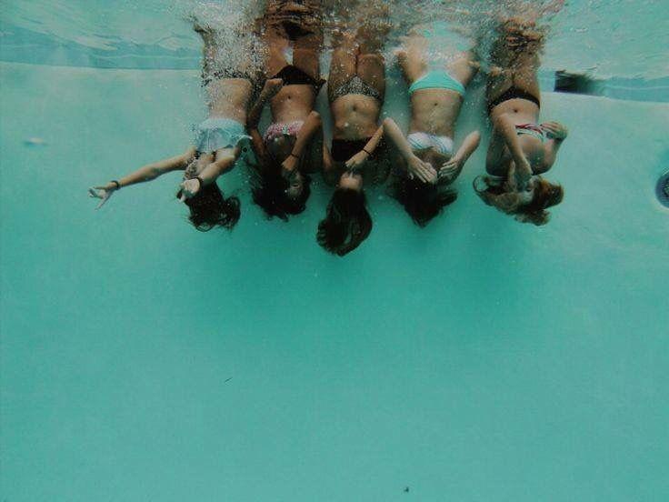 amigos // bajo del agua // piscina