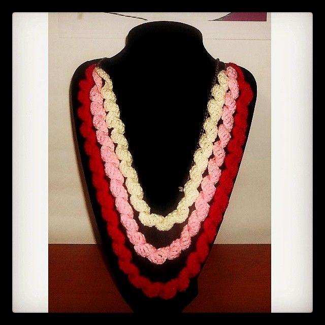 Collar 75: serpentines crudo-rosado-fucsia. Ch$4.000.