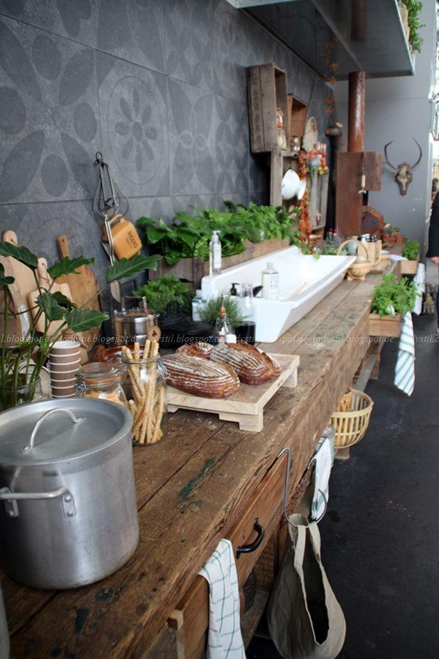 Rustieke urban jungle keuken van verweerd hout op de VT Wonen & Design Beurs 2015.
