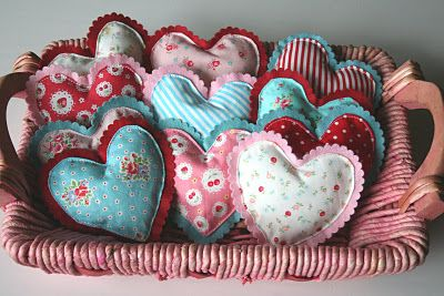 Darling fabric hearts to decorate with!  Ma @Tess Pias Pias Pias Myers more cute fabrics i like